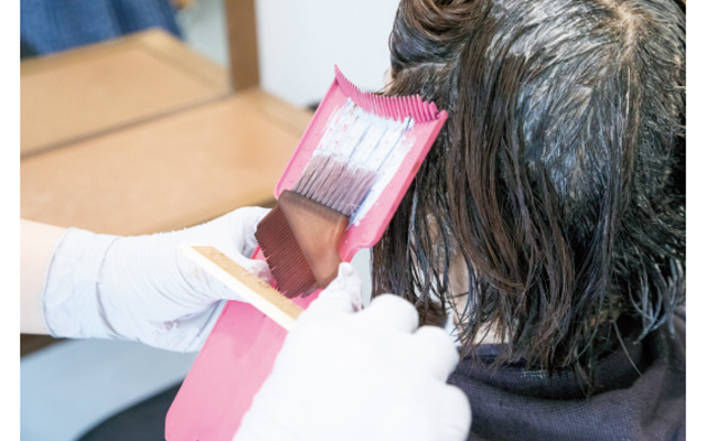 ケアブリーチ剤を使い、2mm間隔で髪表面にハイライトをオン