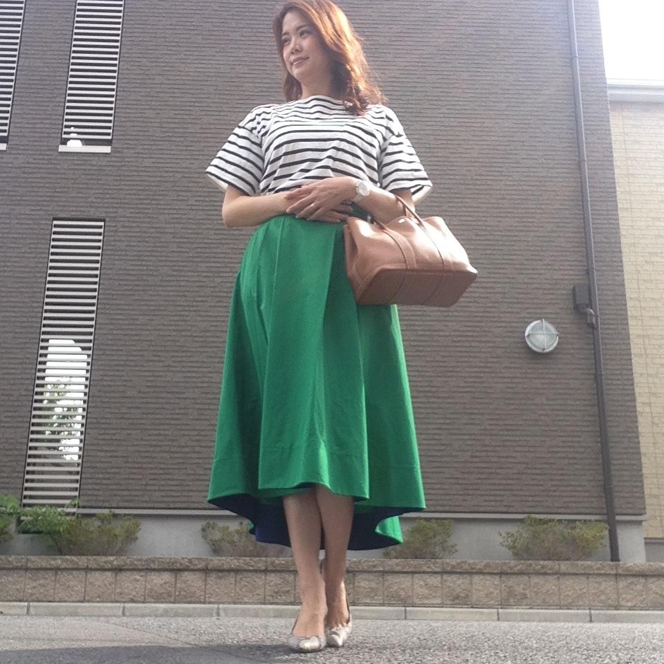 鮮やかグリーンスカートで残暑を楽しむコーデ。_1_1