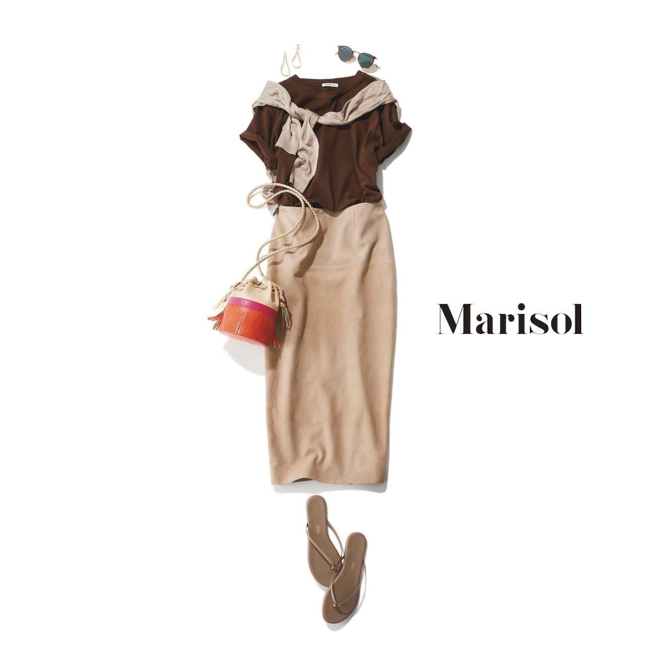 40代ファッション ブラウンTシャツ×ベージュスカートコーデ