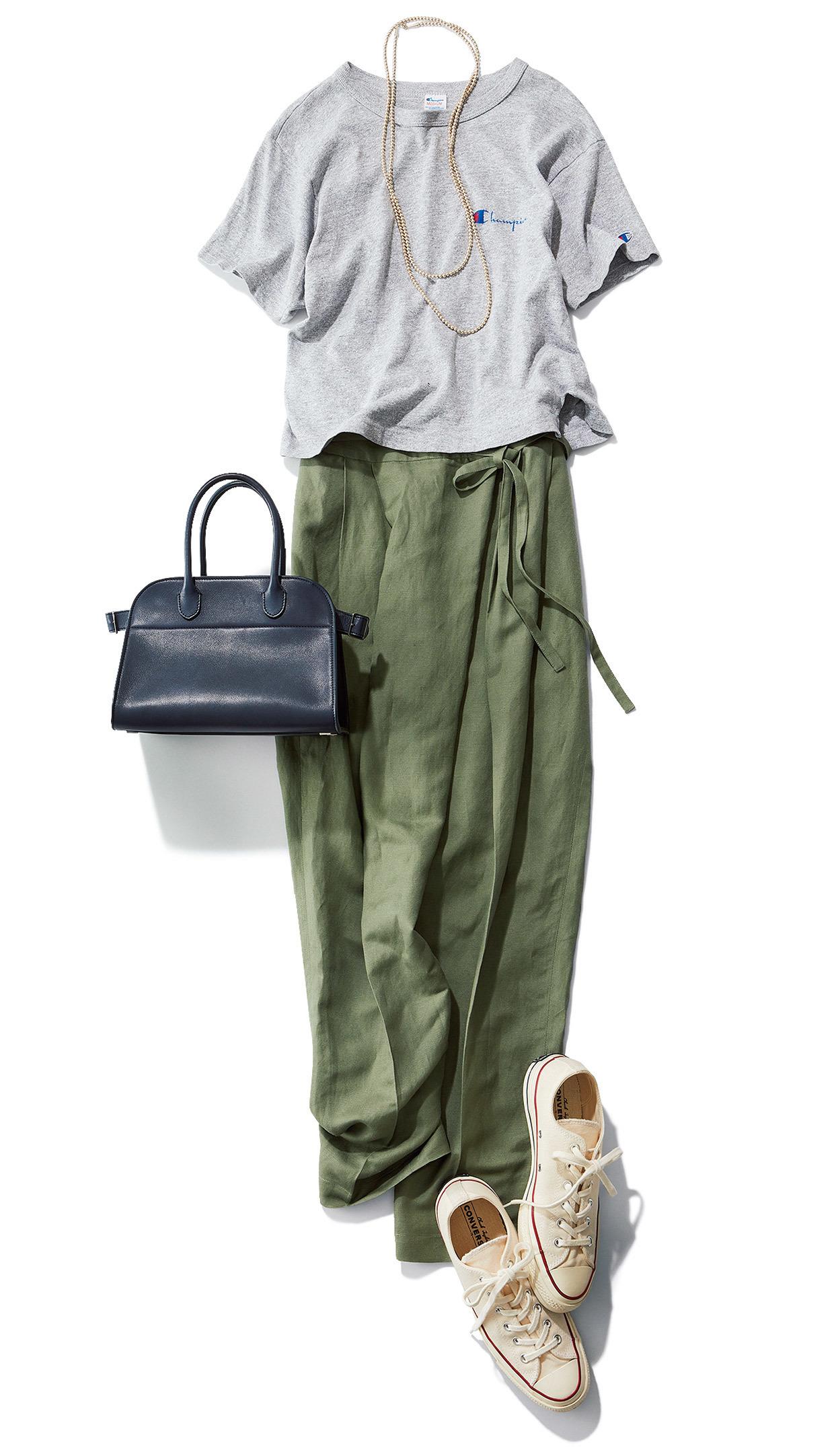 グレーTシャツとカーキのリネンパンツのワンツーコーデ  磯部安伽