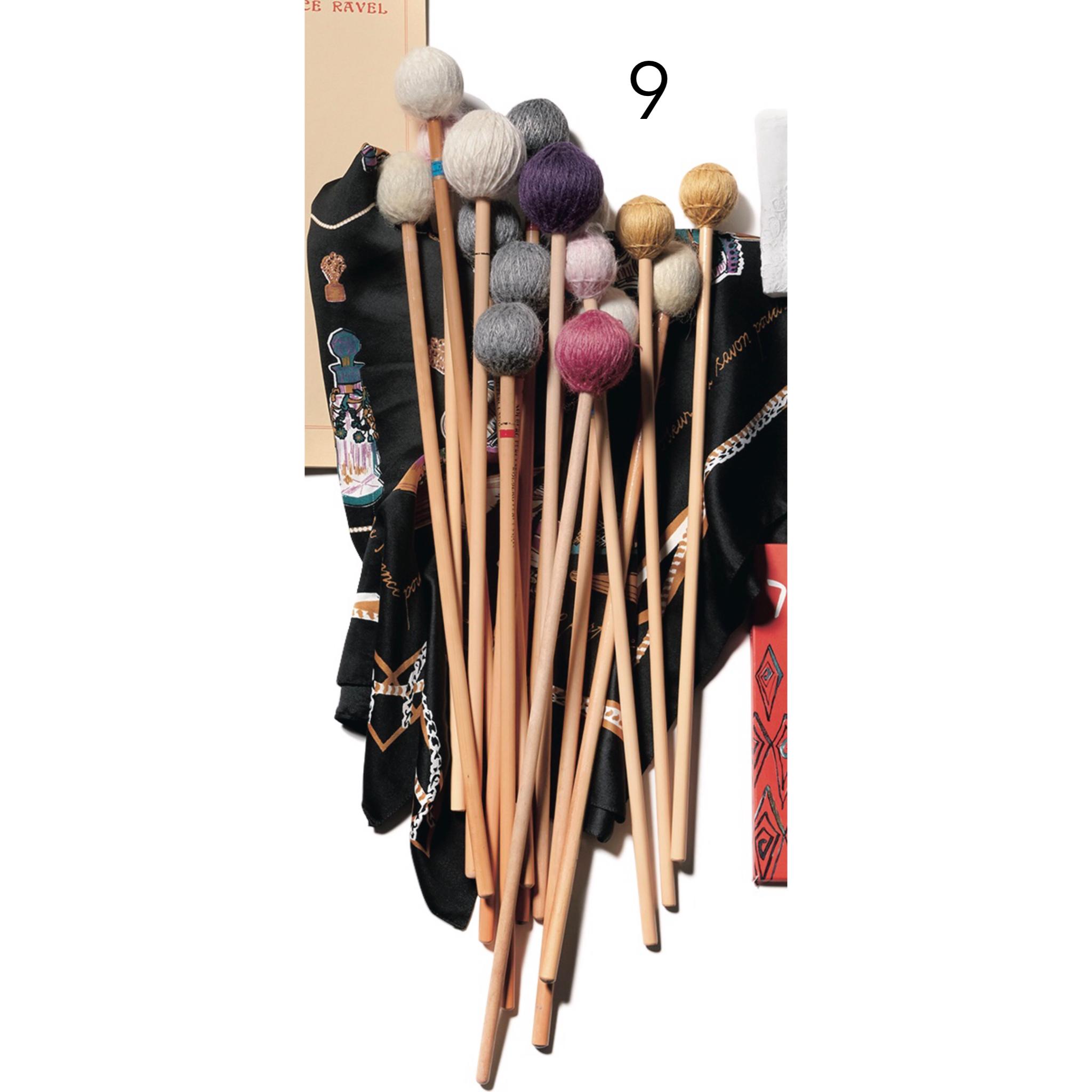 ❾マリンバ用のマレットとH&Mのスカー フ。「木や籐など、異なる材質のマレットは、いろいろな国で購入しています。リハーサルや本番では、今日の倍の本数は持つようにしていて。スカーフで包ん でいます」