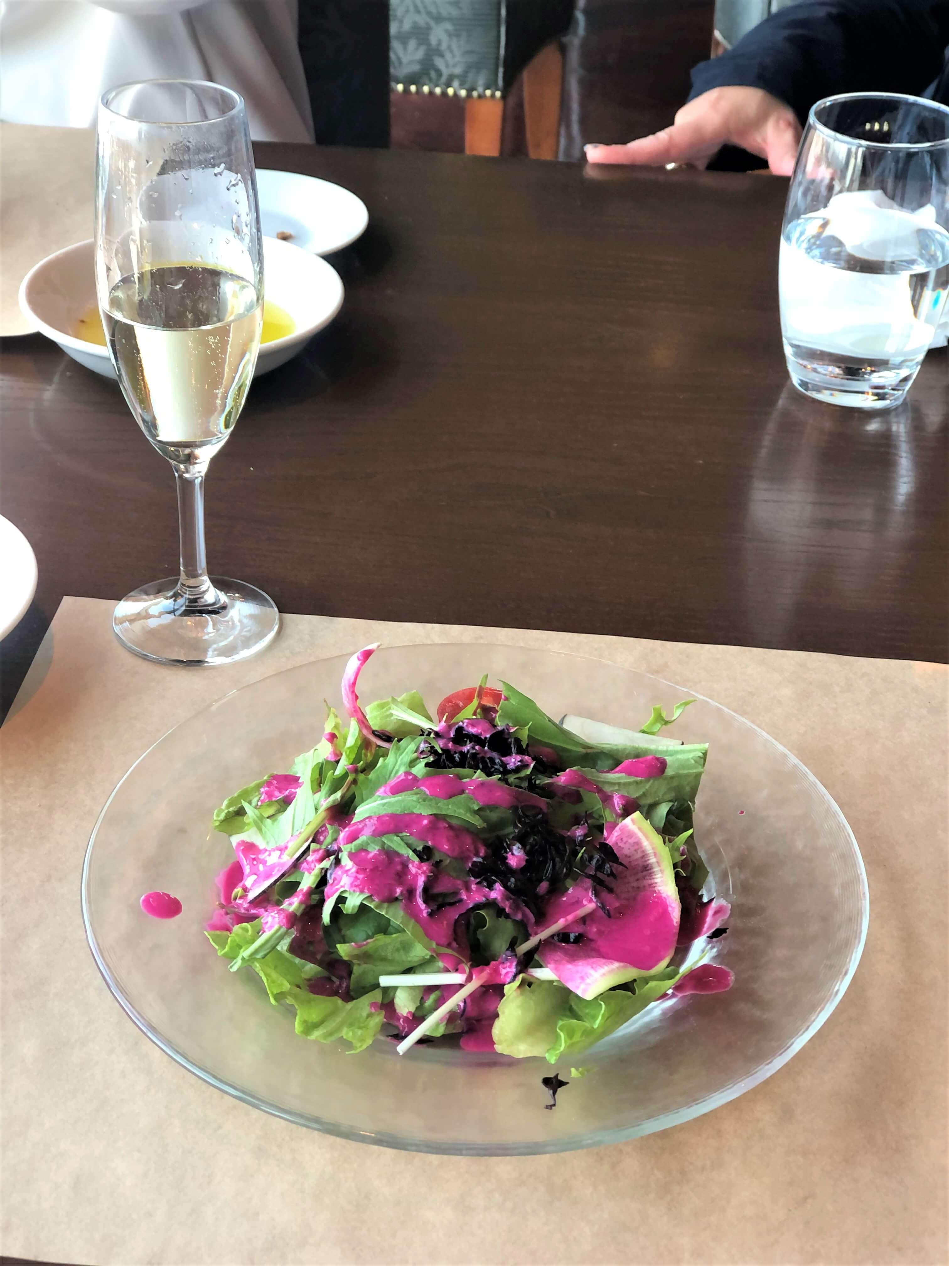 ビーツとヨーグルトの色鮮やかなドレッシングのミックスグリーンサラダ