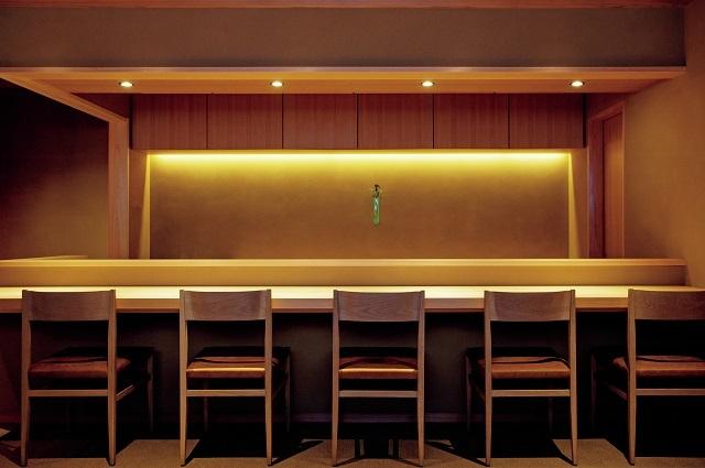 カウンタ―は吉野檜の一枚板。個室とテーブル席あり