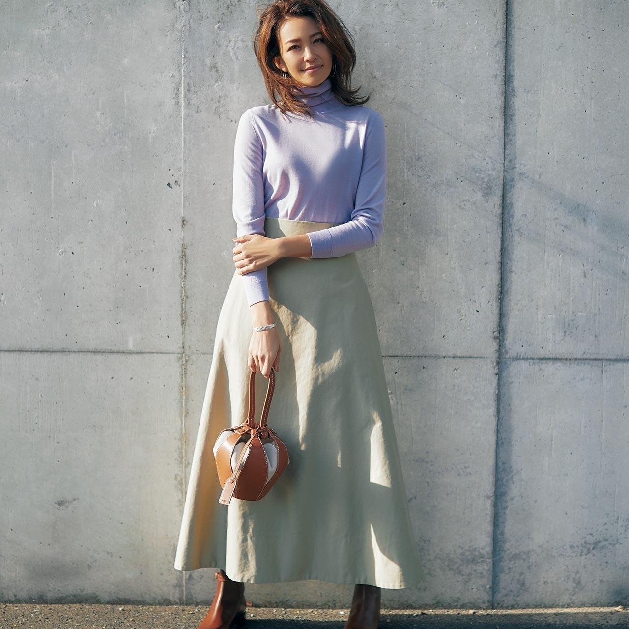 ベージュスカート×ラベンダー色ニットのファッションコーデ