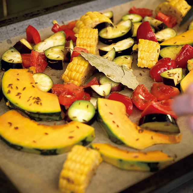 野菜はオイルでコーティングして から焼くと、うま味を逃さない。