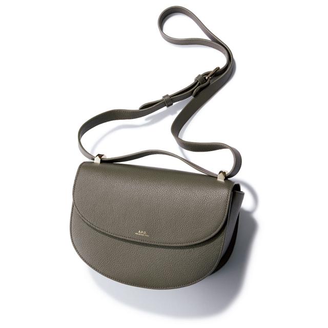 グレーやカーキみを含んだベージュならニュートラルで万能。 バッグ(H18×W24×D8cm)¥60,000/アー・ペー・セー カスタマーサービス(アー・ペー・セー)