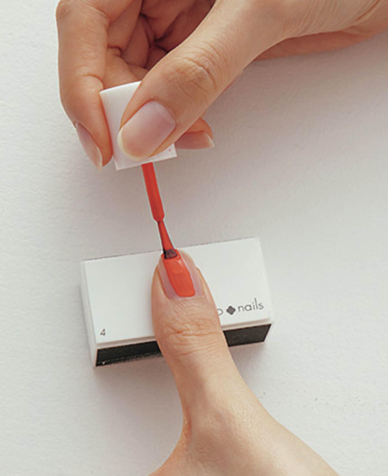 3.指を台の上にのせ、高低差をつけたほうが、筆が寝て塗りやすい。中央→サイド→サイドの順に、筆の幅が一定になるように塗る