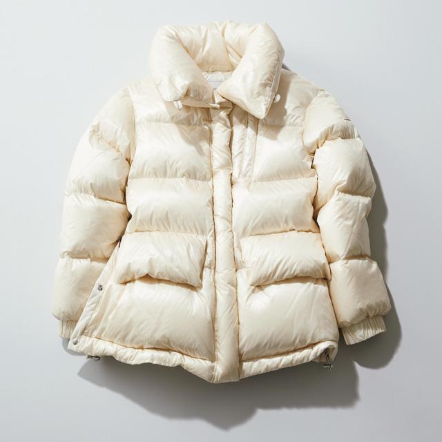 つややかなオフホワイトが着映えるショート丈のダウンコート