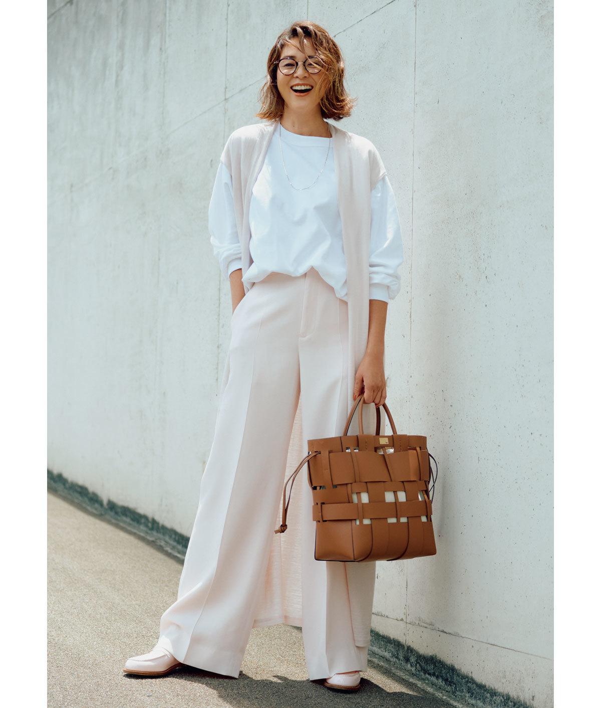 ペールピンクのジレとパンツに白スウェットのコーデを着たモデル・SHIHO
