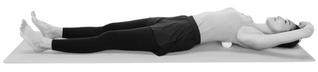 仰向けに寝て、左半身の背骨沿いの一番上の位置にテニスボールを当てる