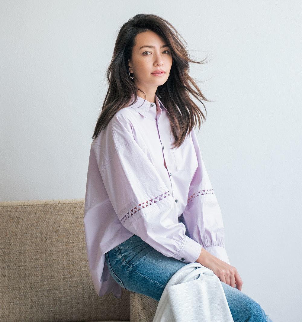 ボリューム袖の甘めシャツ×デニムコーデ