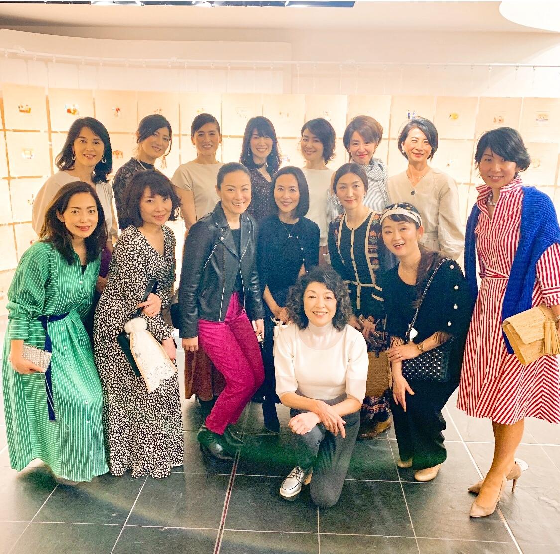 山本容子さんとéclat華組、jマダムの皆さんと記念撮影