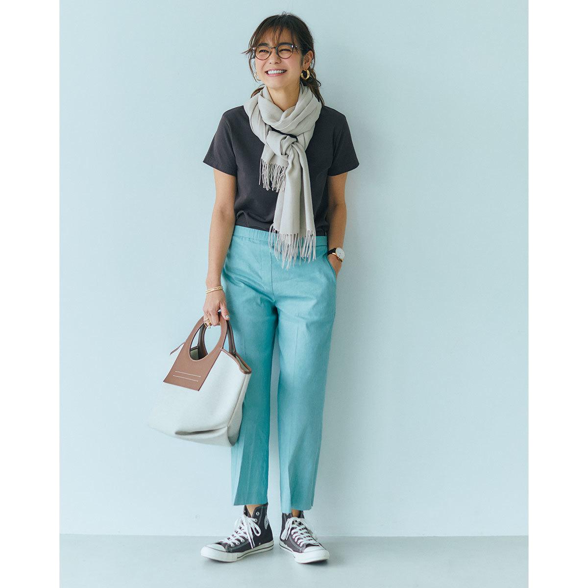 ブラウンTシャツ×ミントグリーンパンツのカジュアルファッションコーデ