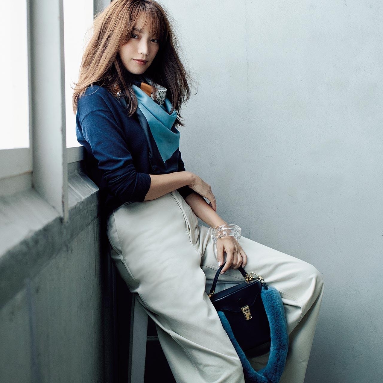 ネイビーシンプルニット×ツヤスカーフ&パンツのファッションコーデ