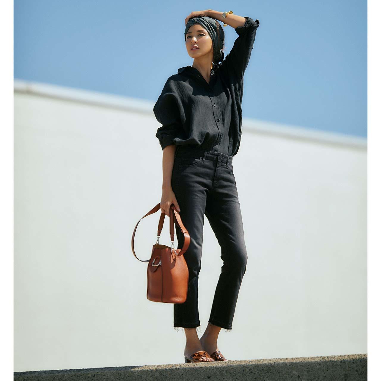 ブラックのリネンシャツ×ブラックデニムコーデを着たモデルのSHIHOさん
