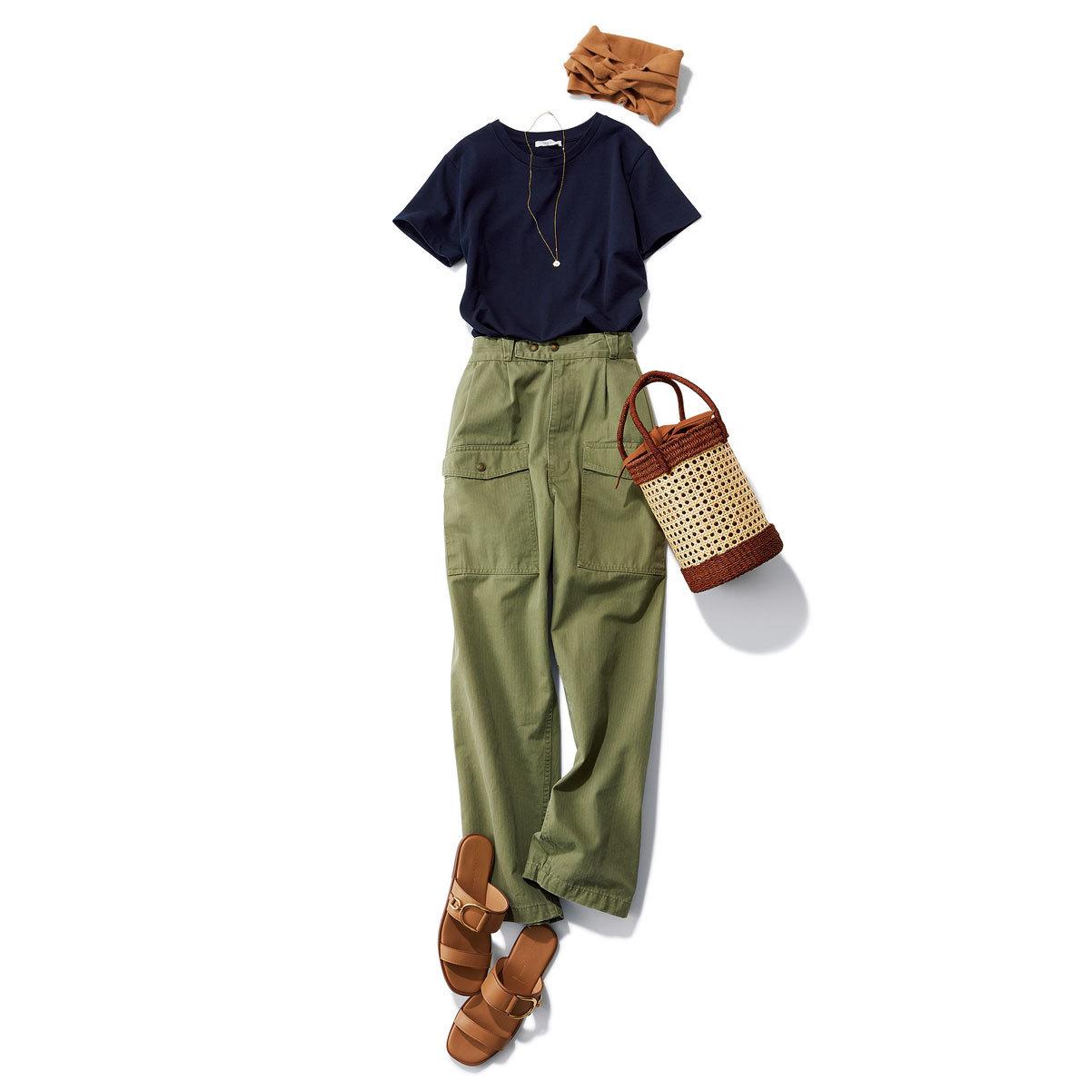 ネイビーTシャツ×カーゴパンツのコーデ