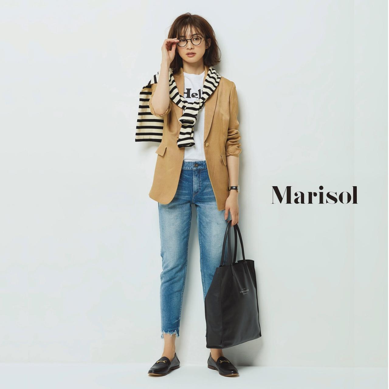 40代ファッション ベージュジャケット×Tシャツ×デニムパンツコーデ