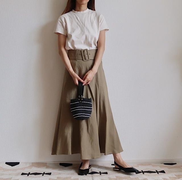 ZARAのリネンマキシスカートと白Tシャツのコーデ