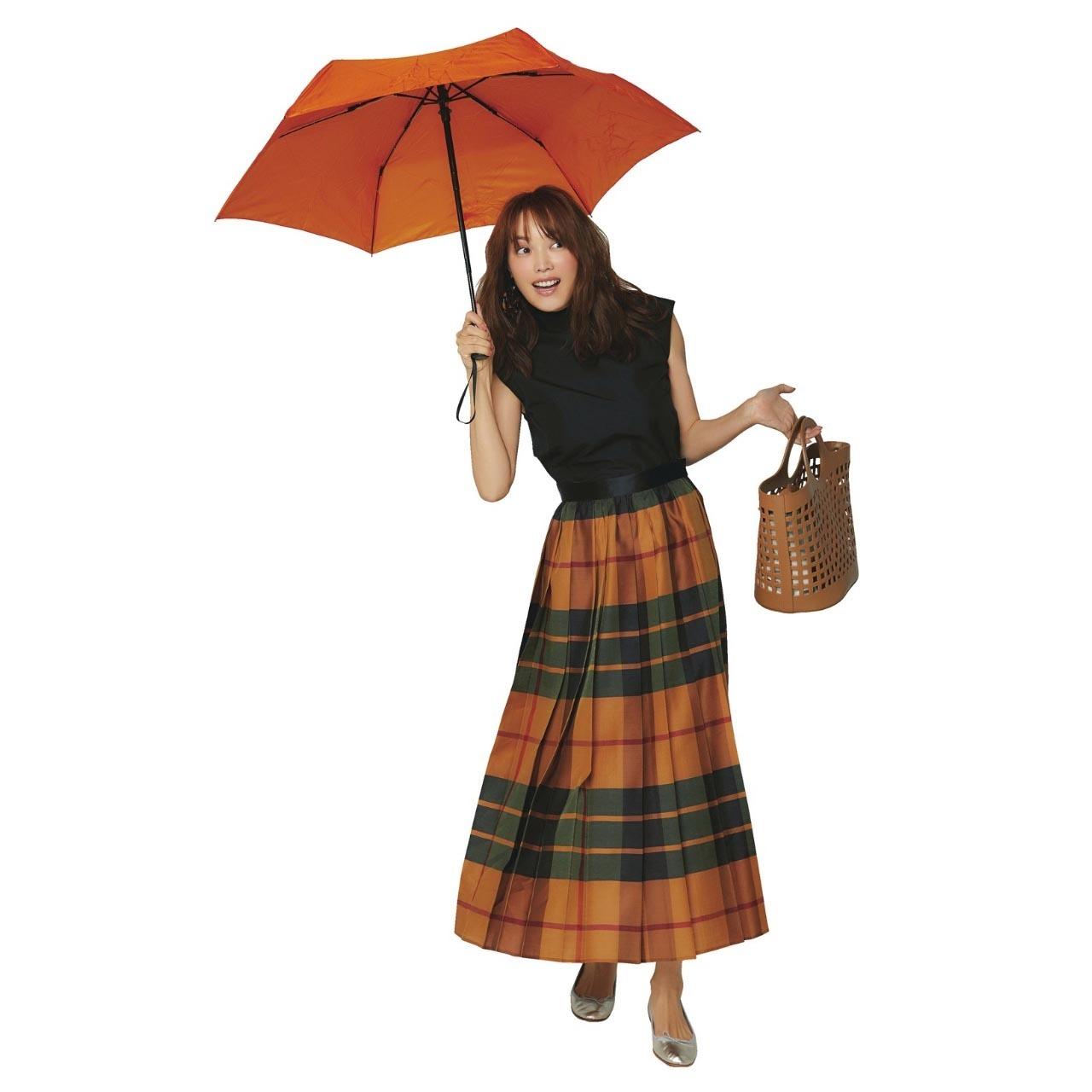 ブラウス×チェック柄スカートの雨の日コーデ