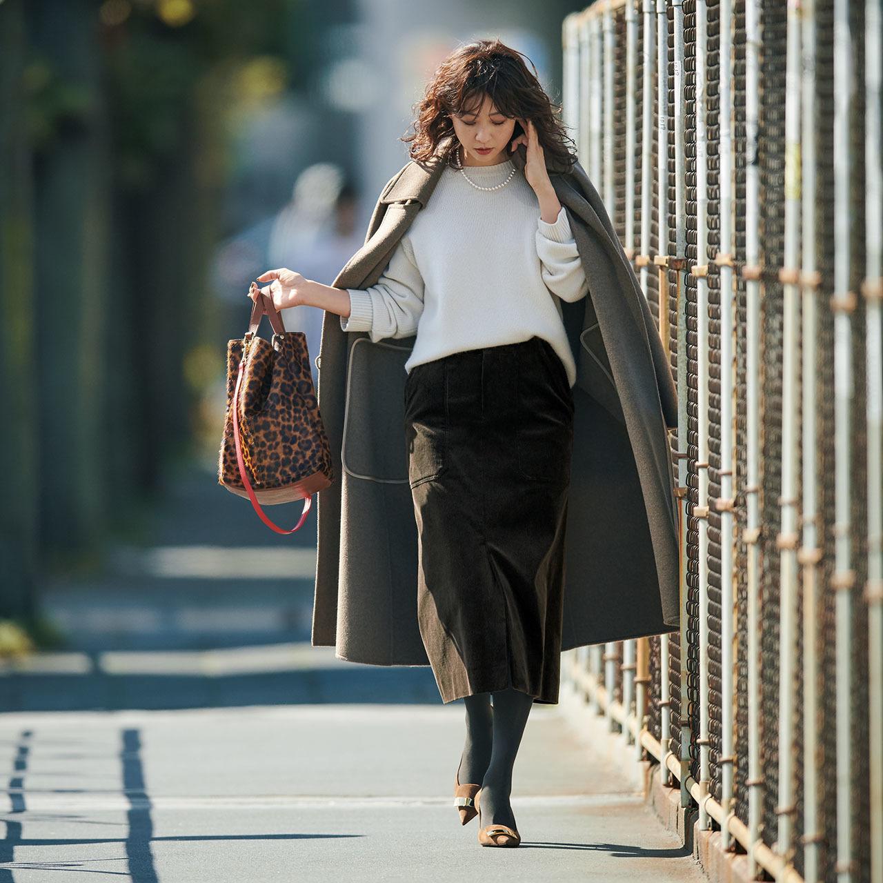 ファッション 白ニット×コーデュロイのタイトスカートコーデ