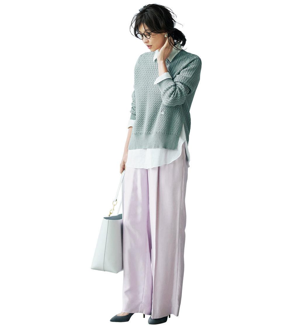 ピンクのワイドパンツ×グレーニット&白シャツのファッションコーデ
