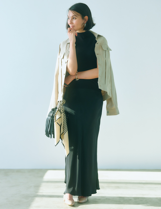 ハイネックニットとナロースカートで黒で統一したコーデのRINA