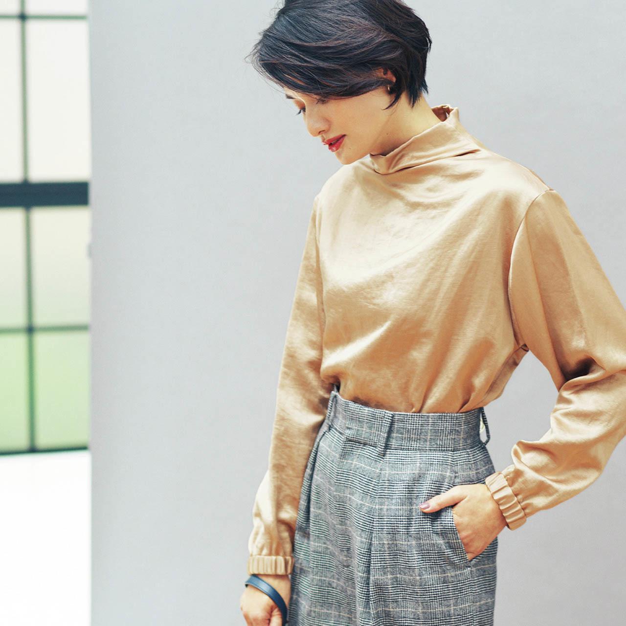 スタンドカラーのブラウス×パンツコーデを着用した渡辺佳子さん