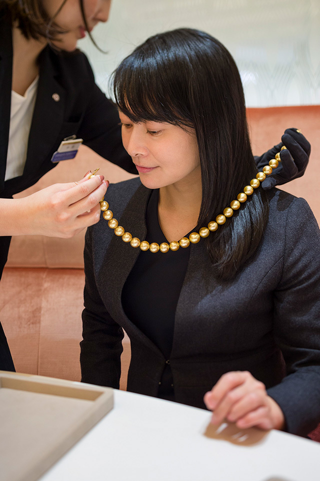 大粒のゴールドパールが連なる豪華なネックレスを試着体験