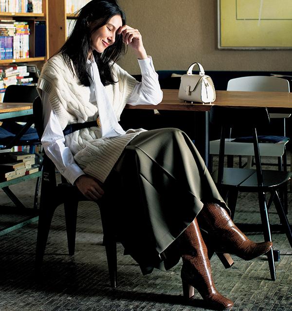 プリーツスカートにエキゾチックレザーブーツコーデの田沢美亜