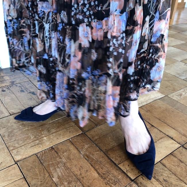 ベージュジャケットと花柄スカートのコーデの足元