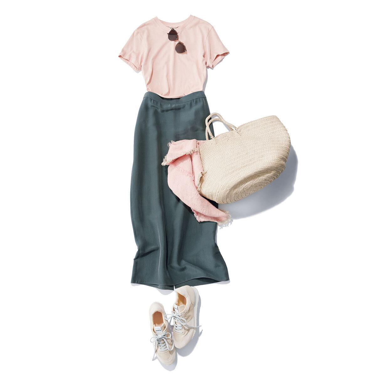 柔らかなライトピンクのTシャツは ×グレーで甘さを調節