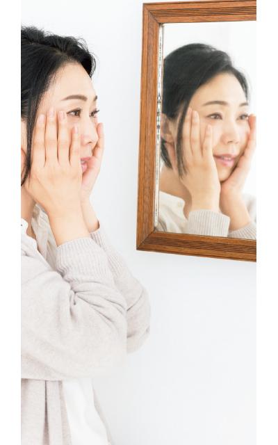 鏡の前でお手入れしている