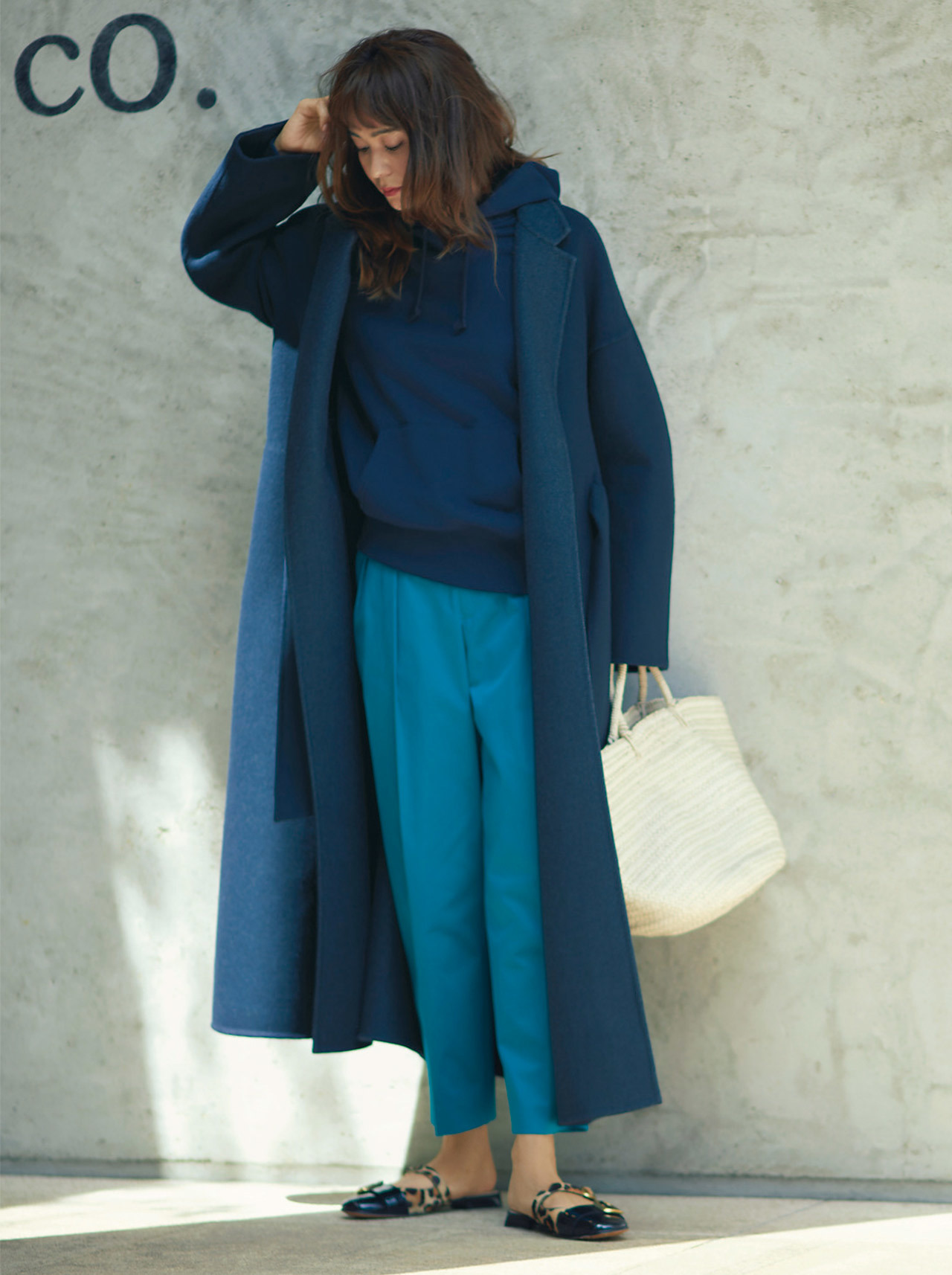 ■レオパード柄のフラットシューズ×ブルーのワントーンコーデ