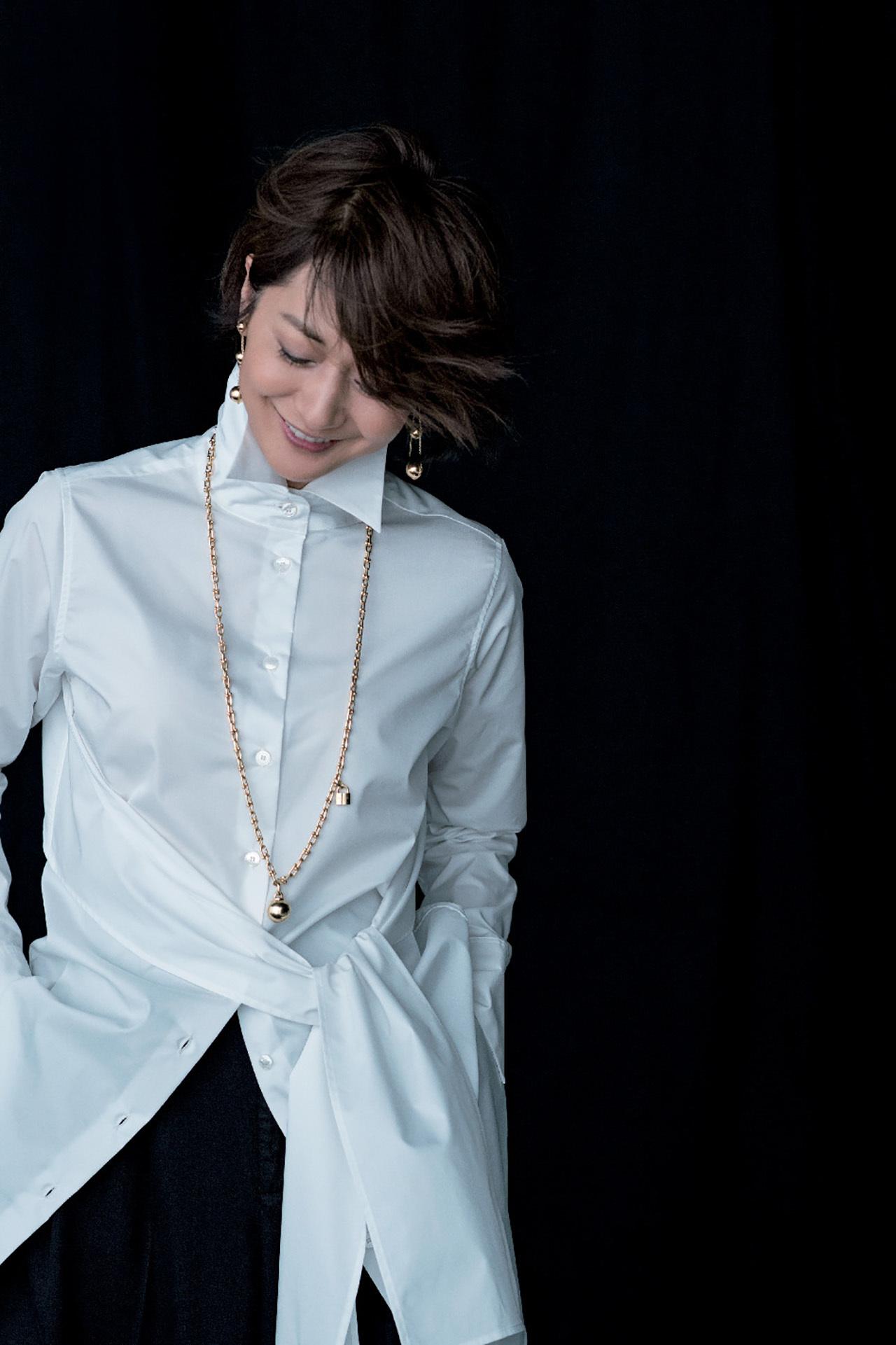 富岡佳子がまとう「白シャツにゴールドのジュエリー」 五選_1_1-2