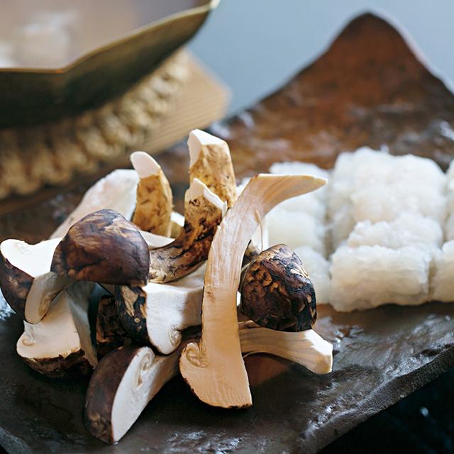 松茸と鱧をだしで味わう秋の鍋