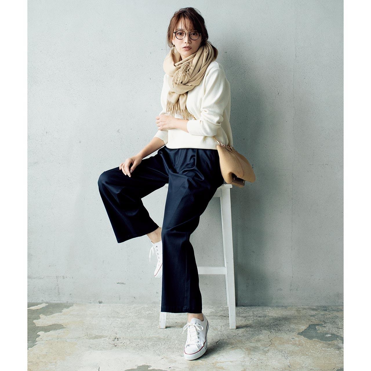 ネイビーパンツ×白ニットのファッションコーデ