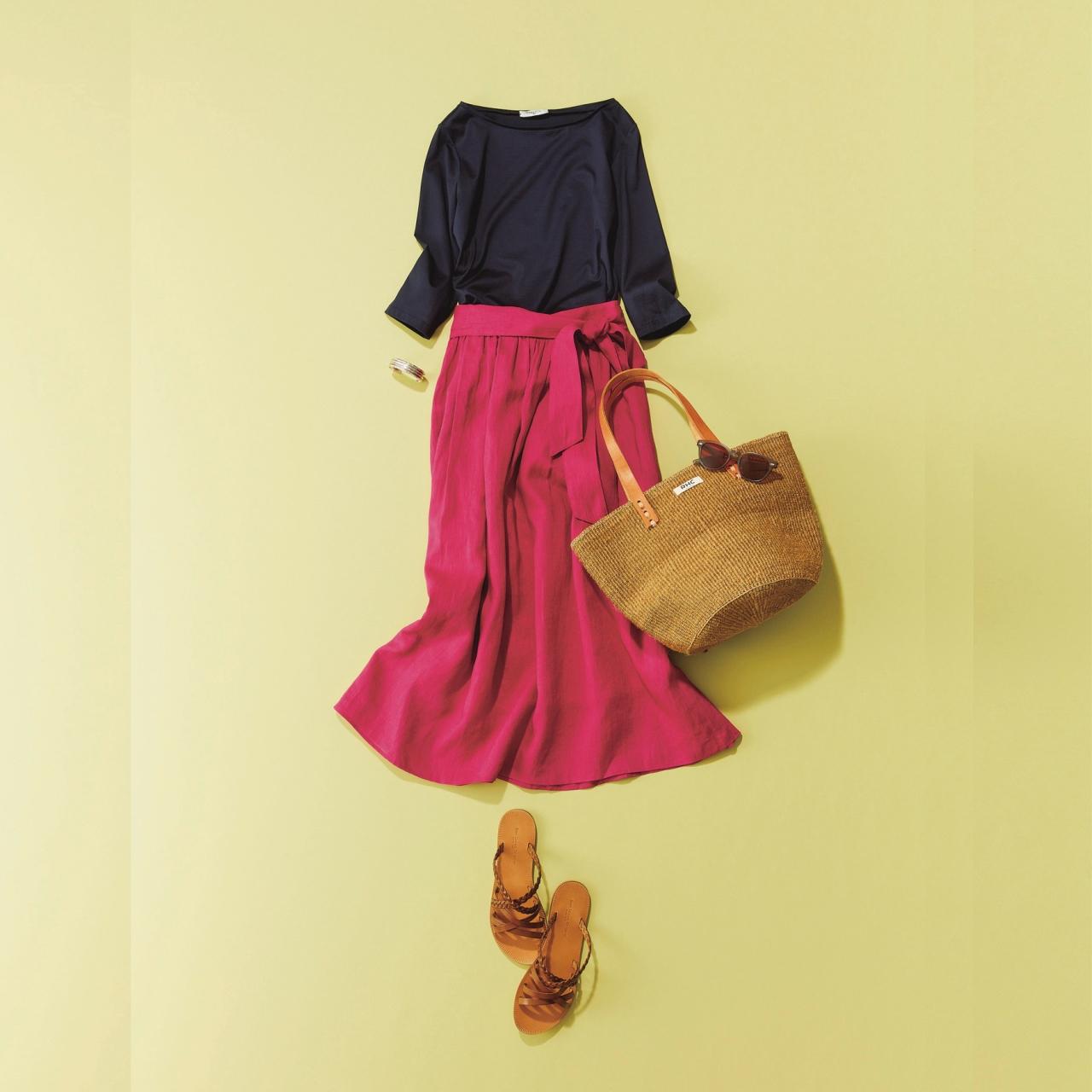 カットソー×ピンクのリネン素材ロングスカートコーデ