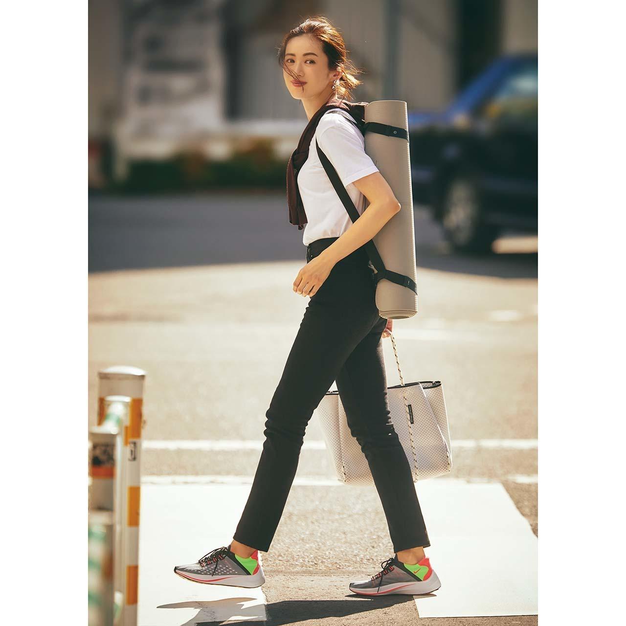 ハイテクスニーカー×Tシャツ&黒パンツのファッションコーデ