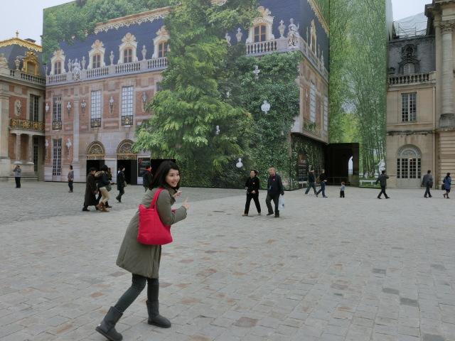 ベルサイユ宮殿。なんと外壁修理中のため、絵が描かれた布で覆われていたという「持ってる」感。UGGのブーツに時代が。