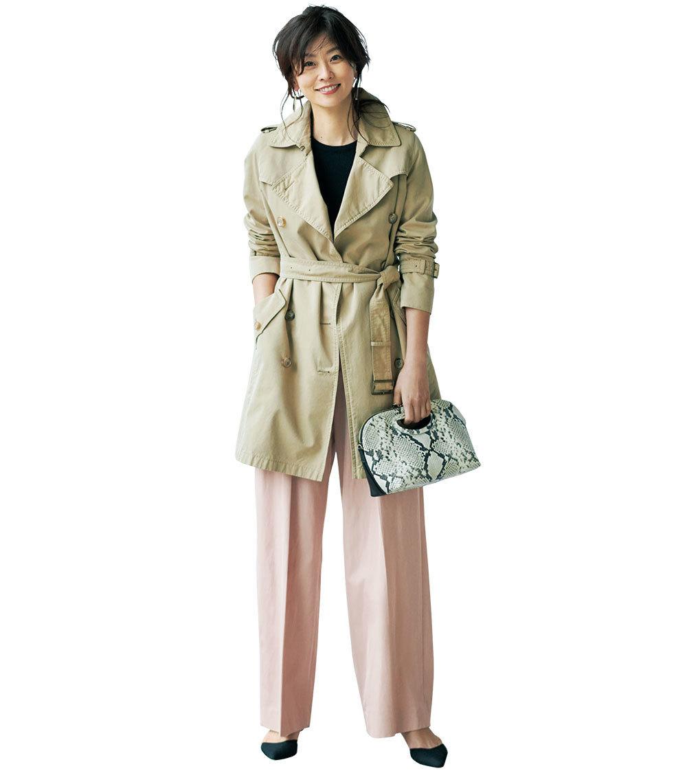 くすみピンクパンツ×トレンチコート&パンプスのファッションコーデ