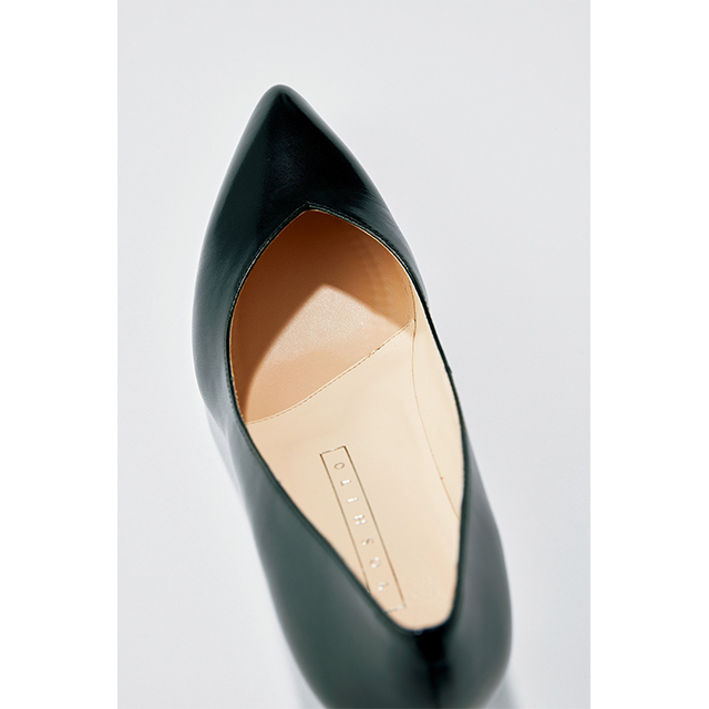 アッパーのVラインのカッティングは見た目の美しさだけでなく、足指を包み込む効果があり