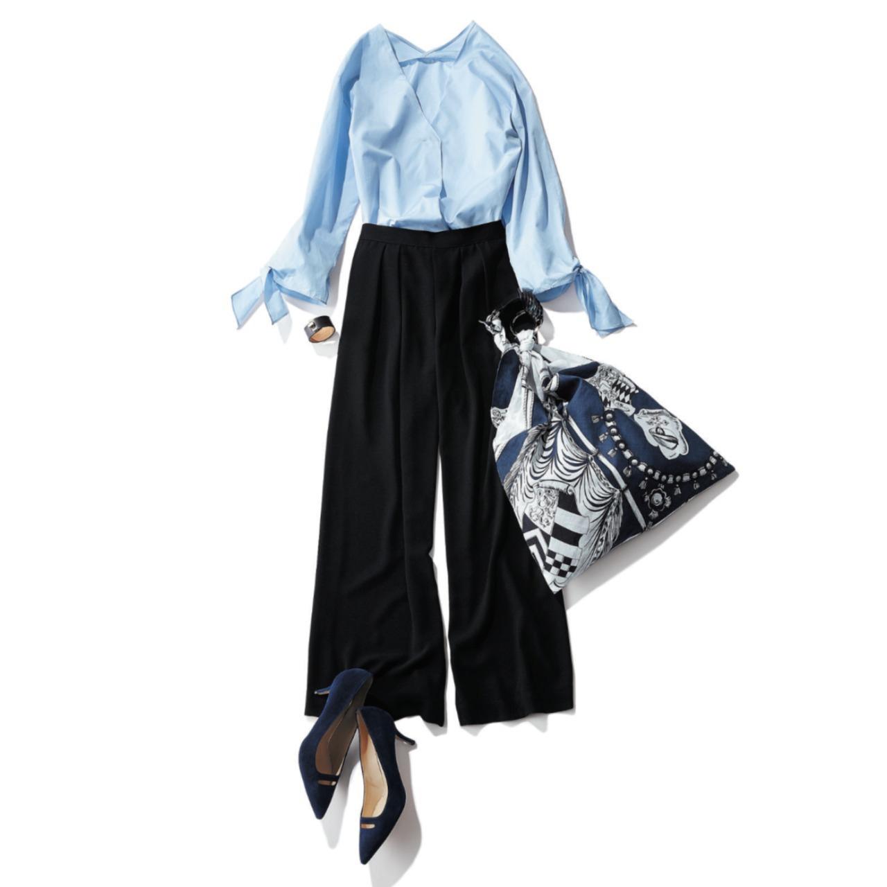 水色シャツ×黒パンツのファッションコーデ