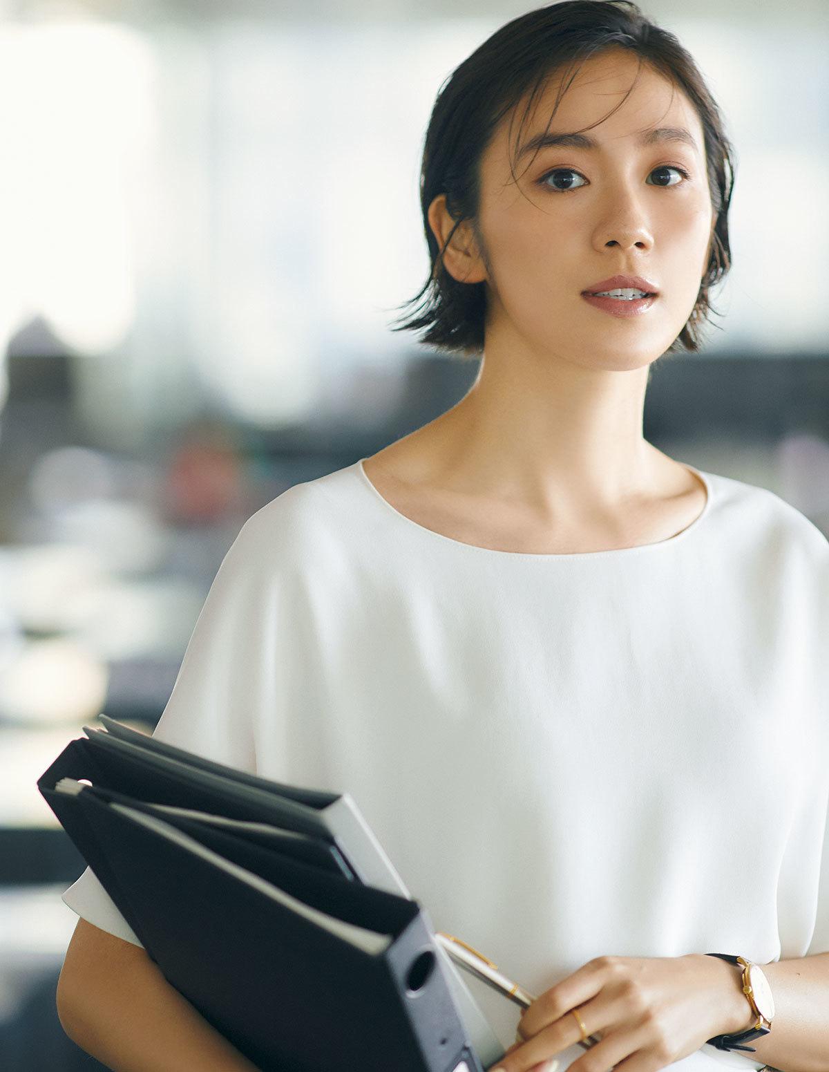 白いトップスを着たモデルの竹内友梨さん