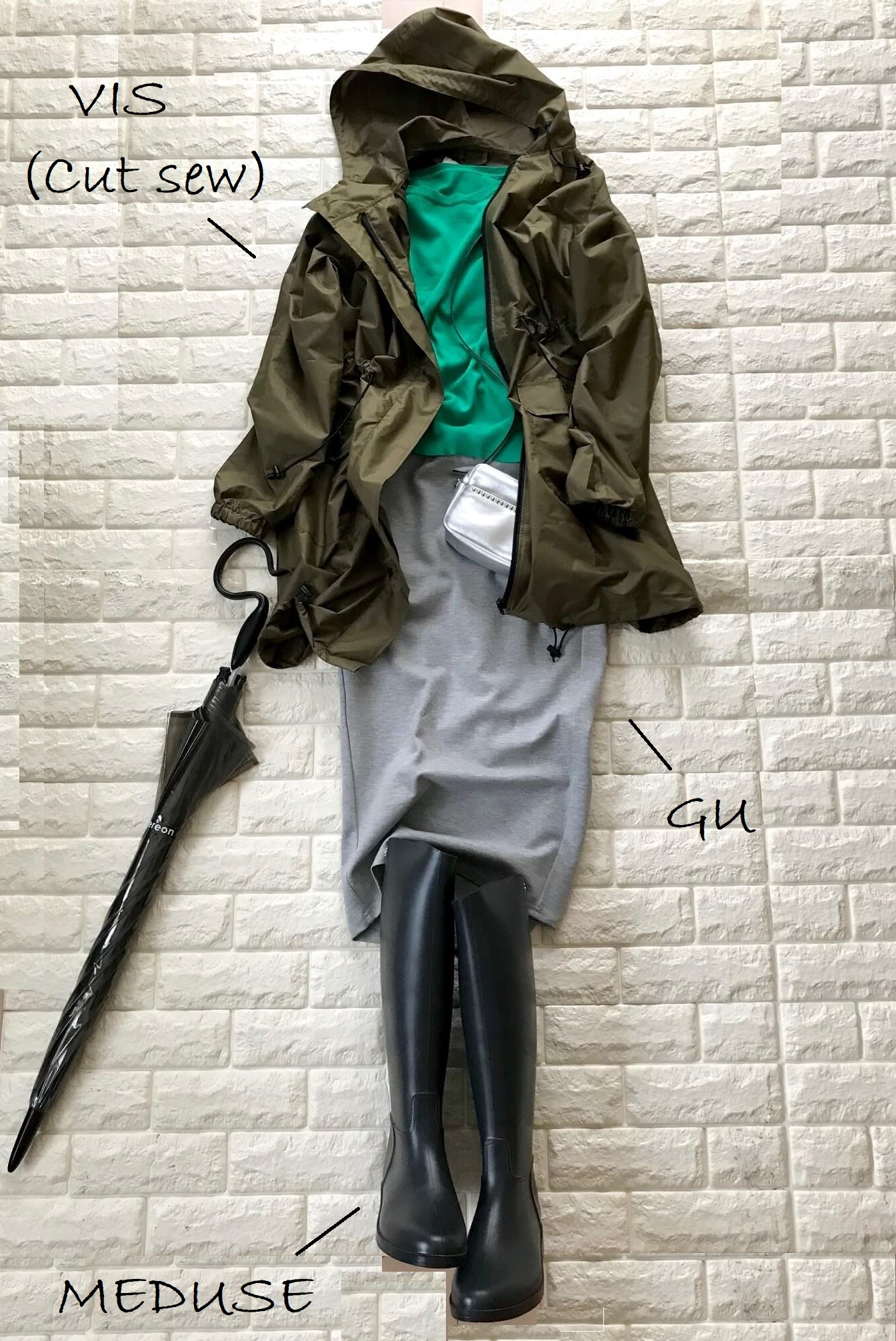 ビーミングbyビームスのレインコートにタイトスカートを合わせたコーデ
