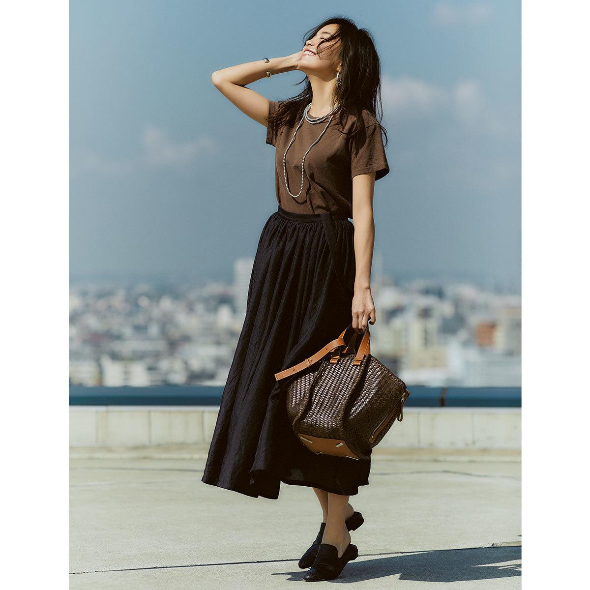 ブラウンのTシャツ×黒スカートのモノトーンコーデ