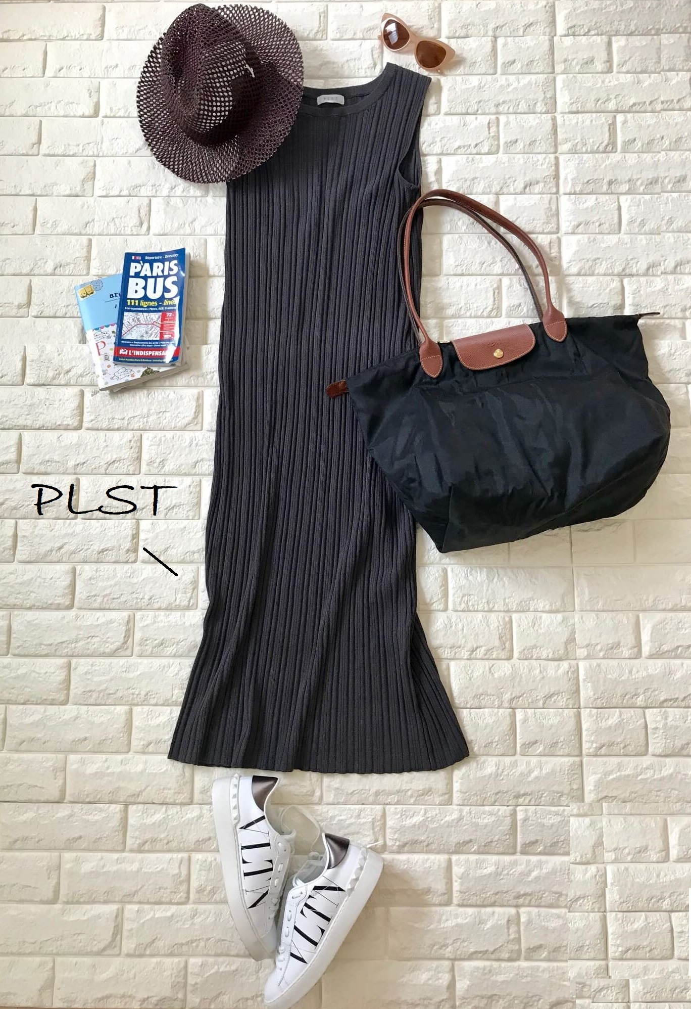 ロンシャンのバッグにプラステのワンピースを合わせた画像