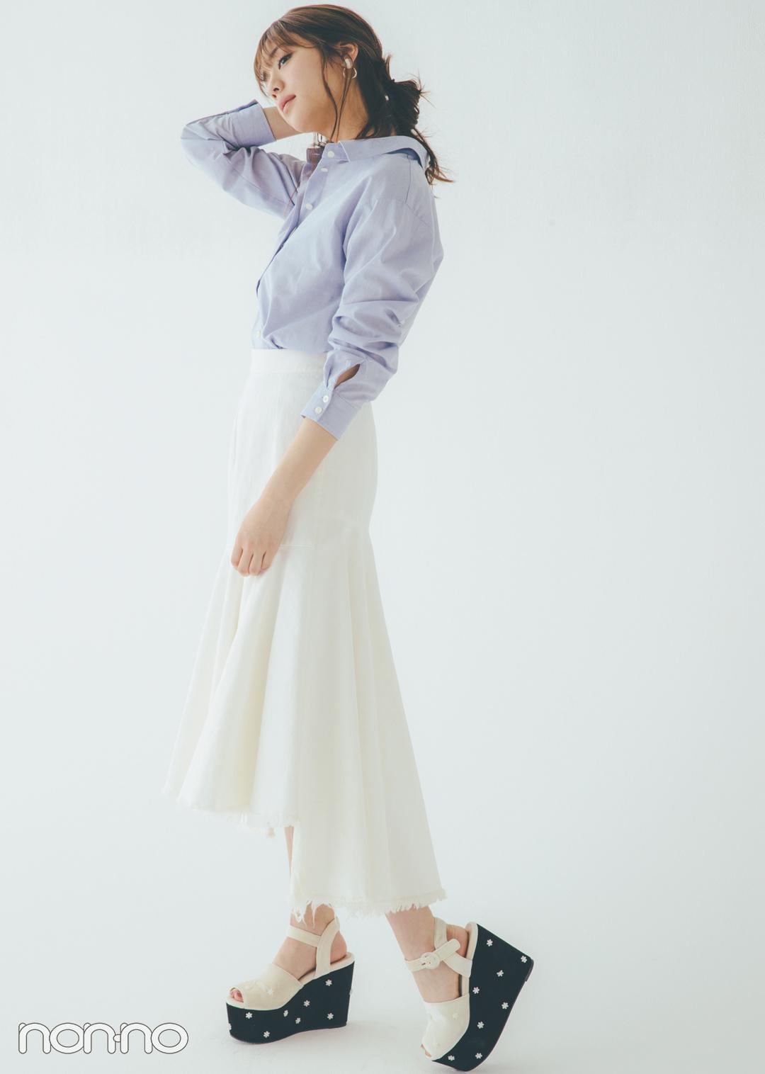 キレイ色のシャツにスカートで個性をプラス