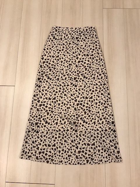 Loungedressの白ベースのレオパード柄ロングスカートです