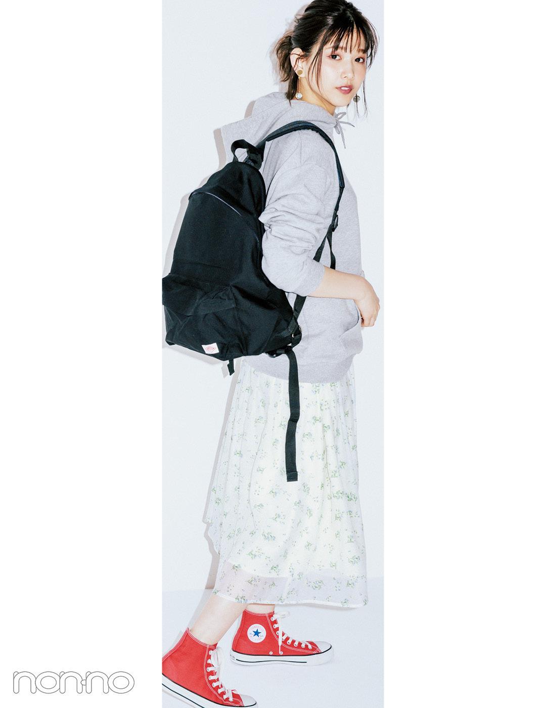 【夏のスニーカーコーデ】渡邉理佐は、パーカ×花柄スカートでギャップにキュン♡