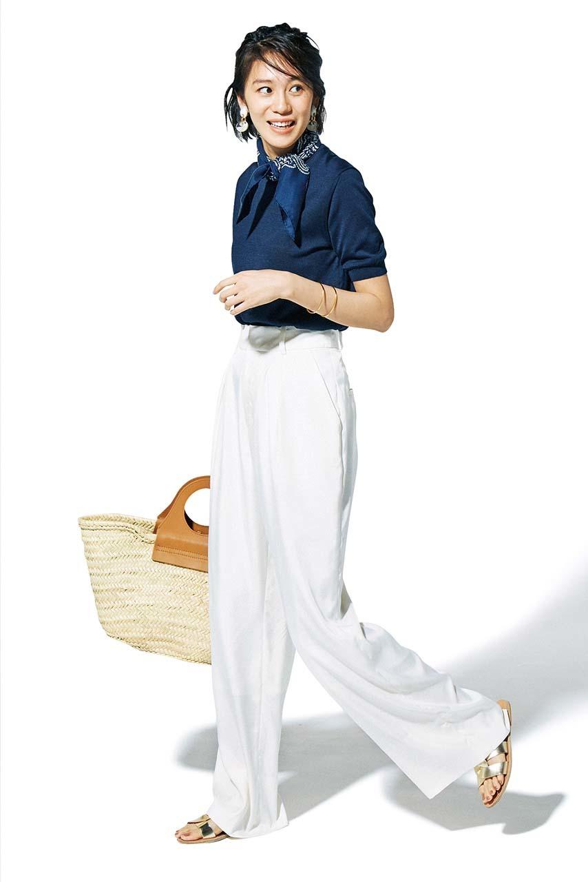 半袖ニット×ゆるてろパンツコーデを着たモデルの竹内友梨さん